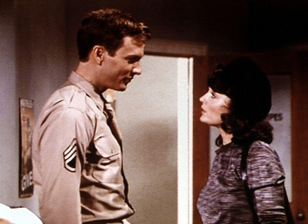 John Boy (Robert Wightman, l.) lernt die junge Französin Simone (Anita Jodelson, r.) kennen. Sie bittet ihn, in seiner Zeitschrift einen Artikel übe... - Bildquelle: WARNER BROS. INTERNATIONAL TELEVISION