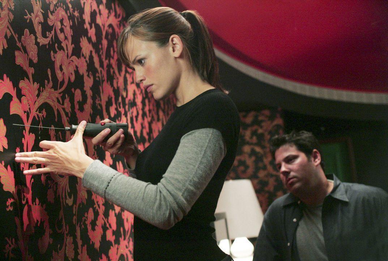 Sydney (Jennifer Garner, l.), Nadia, Vaughn und Weiss (Gre Grunberg, l.) sollen über Tambors Computer in Erfahrung bringen, wo der Explosivstoff is... - Bildquelle: Touchstone Television
