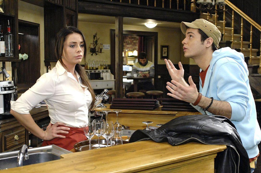 Maik (Sebastian König, r.) versucht Paloma (Maja Maneiro, l.) versöhnlich zu stimmen - doch diesmal vergeblich ... - Bildquelle: Oliver Ziebe Sat.1