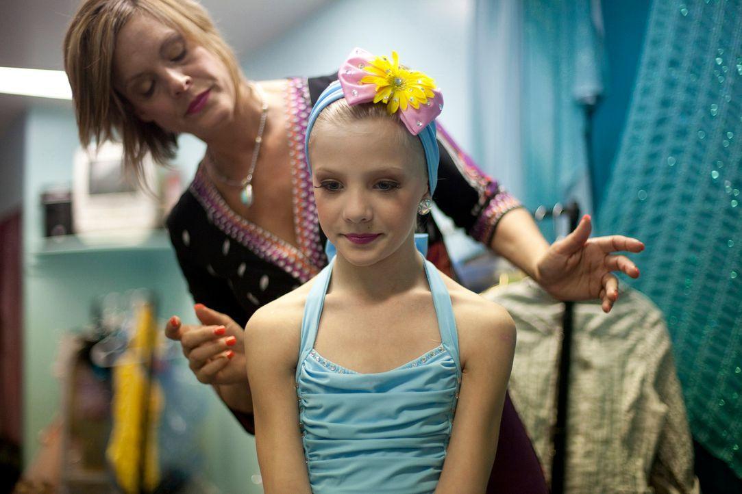In Hollywood angekommen, beschließt Kelly ohne das Wissen der anderen, Choreographen zu engagieren ... - Bildquelle: 2011 AETN