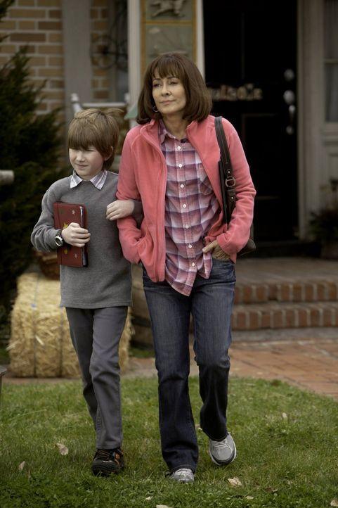 Zum Muttertag wünscht sich Frankie (Patricia Heaton, l.) ein Foto zusammen mit ihrer Familie. Der Fotograf steht auch bereit, doch anstatt sie mit i... - Bildquelle: Warner Brothers