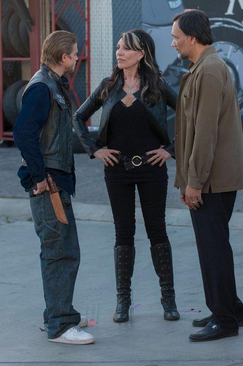 Jax (Charlie Hunnam, l.) startet den zweifelhaften Versuch, seine Mutter Gemma (Katey Sagal, M.) von Nero (Jimmy Smits, r.) fernzuhalten ... - Bildquelle: 2012 Twentieth Century Fox Film Corporation and Bluebush Productions, LLC. All rights reserved.