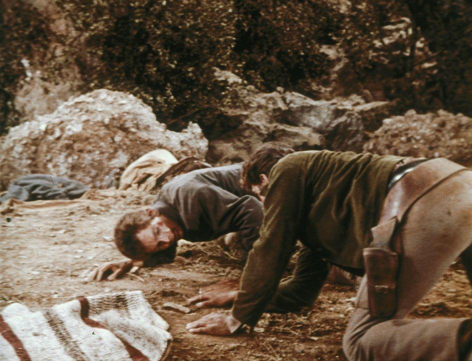 In der Nähe der Ponderosa werden Straßenbauarbeiten von Sträflingen vorgenommen. Als einer von ihnen Little Joe (Michael Landon, vorne) das Leben re... - Bildquelle: Paramount Pictures