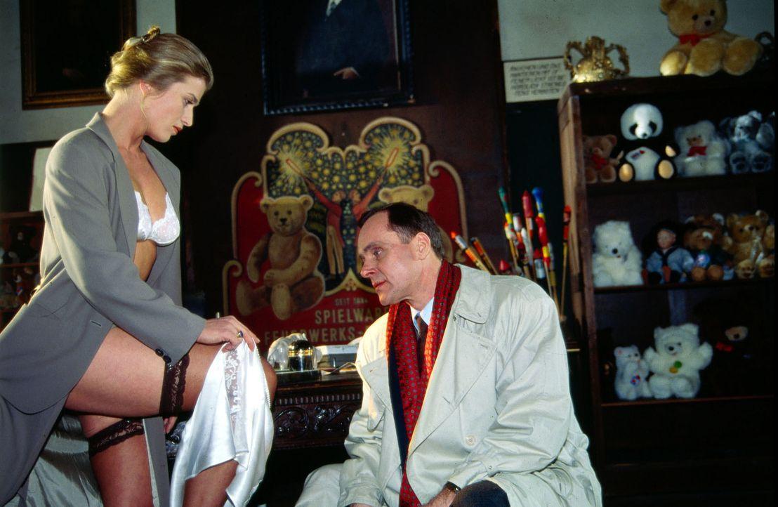 Diana Neuwirth (Nina Franoszek, l.), die Besitzerin der Spielzeugfabrik Neuwirth, arrangiert ein intimes Treffen mit ihrem ehemaligen Liebhaber Paul... - Bildquelle: Ali Schafler Sat.1