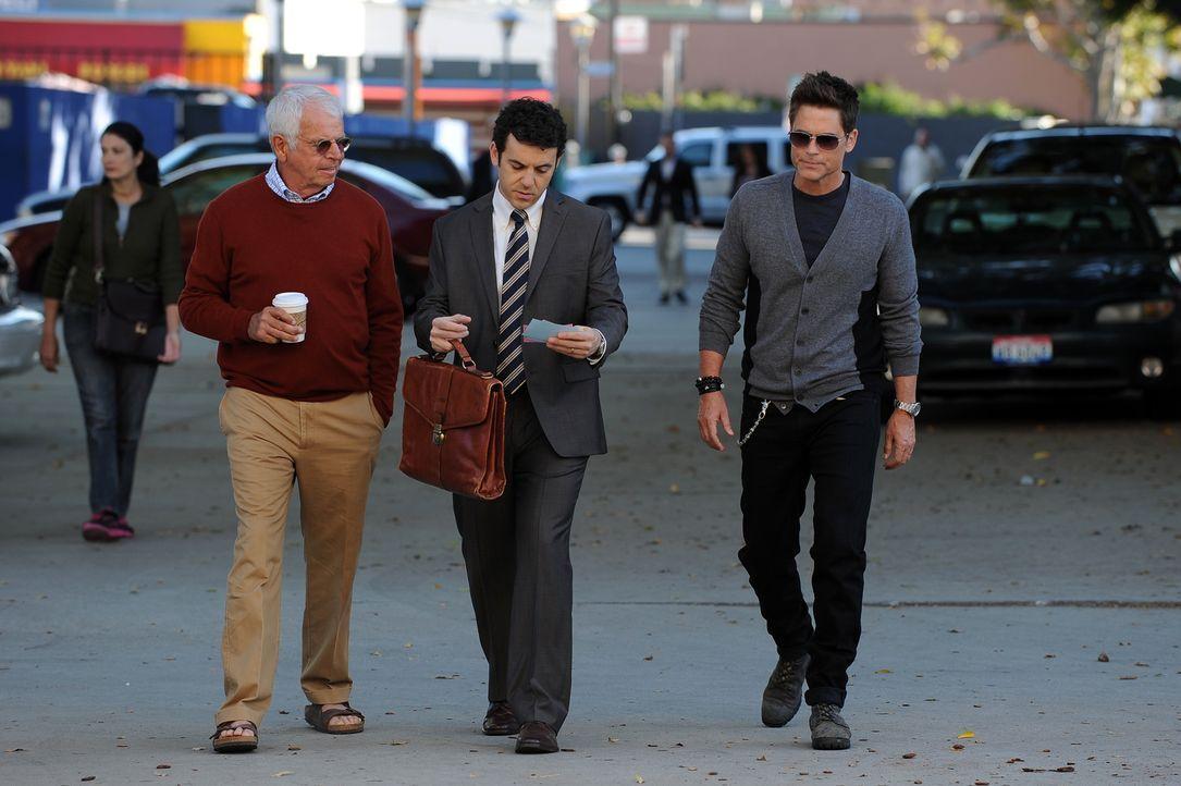 Wie werden Dean Sr. (William Devane, l.) und Stewart (Fred Savage, M.) reagieren, als Dean (Rob Lowe, r.) ihnen eröffnet, dass er in die Familienkan... - Bildquelle: 2015-2016 Fox and its related entities.  All rights reserved.