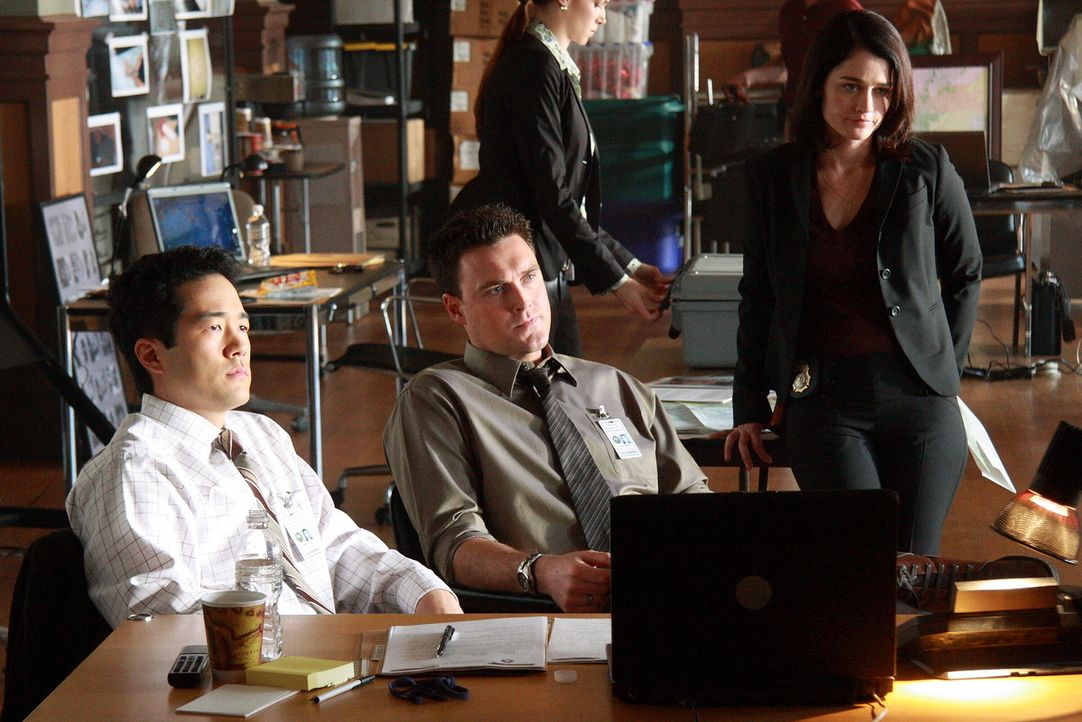Versuchen einen Mordfall aufzuklären: Kimball Cho (Tim Kang, l.), Wayne Rigsby (Owain Yeoman, M.) und Teresa Lisbon (Robin Tunney, r.) ... - Bildquelle: Warner Bros. Television
