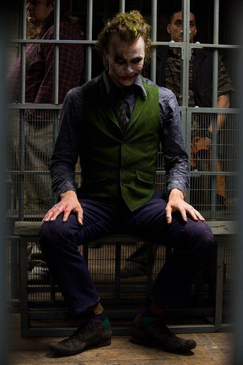 Endlich ist es gelungen, den Joker (Heath Ledger) gefangen zu nehmen. Doch dann erfährt Batman, dass der einfallsreiche Bösewicht Staatsanwalt Den... - Bildquelle: Warner Bros.
