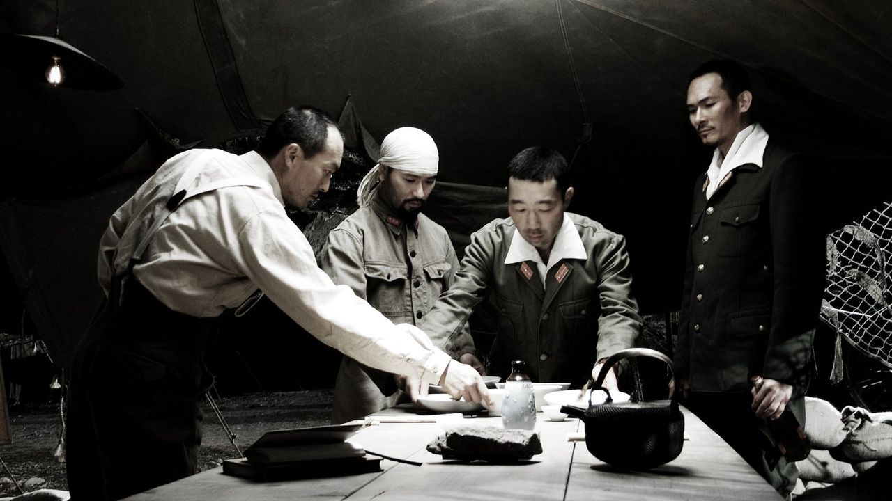 General Tadamichi Kuribayashi (Ken Watanabe, l.), Lieutenant Fujita (Hiroshi Watanabe, 2.v.r.) und Baron Nishi (Tsuyoshi Ihara, r.) besprechen die w... - Bildquelle: Warner Bros.