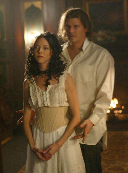 London des späten 19. Jahrhunderts: Drusilla (Juliet Landau, l.) stellt Angel (David Boreanaz, r.) den frisch gebackenen Vampir Spike vor ... - Bildquelle: The WB Television Network