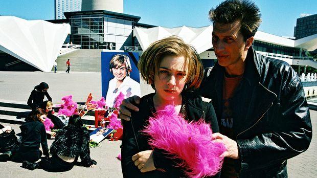 Ringo Rolles (Rufus Beck, r.) Tochter Anna (Lina Schuller, l.) ist eine glühe...