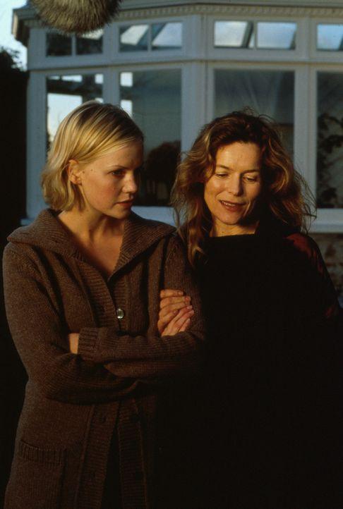 Als Kristie (Laura Harris, l.) entdeckt, dass ihr Mann Marc mit Elizabeth (Alice Krige, r.) ein Doppelleben führt, befürchtet sie, dass ihr Sohn d... - Bildquelle: Constantin Film AG