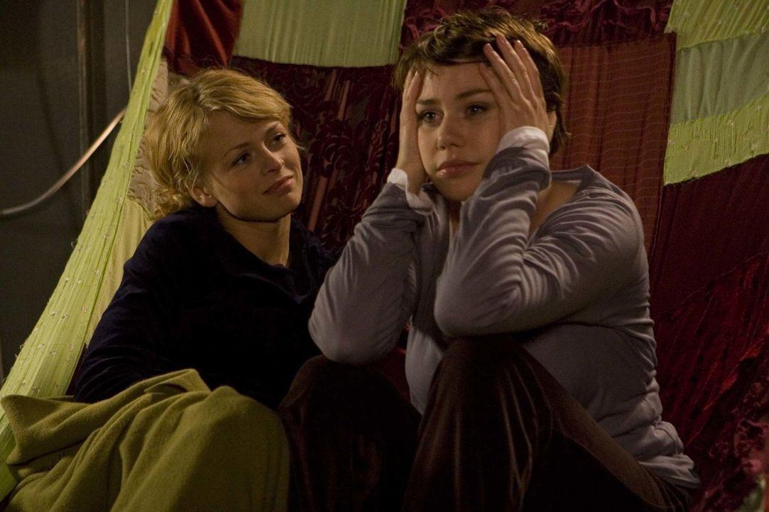 Immer wieder bestärkt Nick (Isabell Gerschke, l.) ihre Freundin Sara (Felicitas Woll, r.), durchzuhalten. Sie ahnt jedoch nicht, dass Sara sich läng... - Bildquelle: Larry D Horricks ProSieben