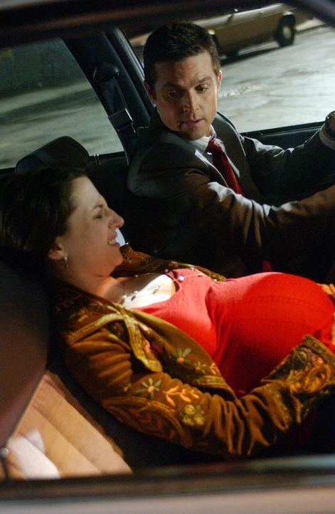 Martin (Eric Close, r.) schafft es noch gerade rechtzeitig Megan (Heather McComb, l.) zu finden und ins Krankenhaus zu bringen ... - Bildquelle: Warner Bros. Entertainment Inc.