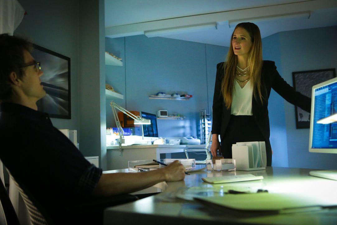 Ein unerwarteter Tod macht Julie (Grace Gummer, r.) zu Charlies (Tyler Hilton, l.) Vorgesetzter ... - Bildquelle: Sonja Flemming 2015 CBS Broadcasting Inc. All Rights Reserved.