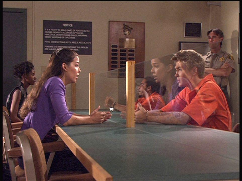Carla (Nicole Tratini, l.) beschwört ihren Freund Ray (Chad Murray, r.), der wegen Mordverdachts in Untersuchungshaft sitzt, seine Komplizen zu ver... - Bildquelle: Viacom