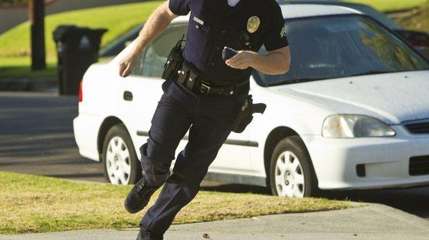 Ein Einbrecher ist auf der Flucht vor Officer John Cooper (Michael Cudlitz) u...