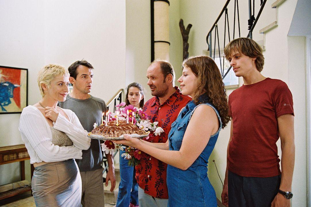 (V.l.n.r.) Ina (Tatjana Blacher), Jochen (Hans Werner Meyer) und Emma (Sophie Pflügler), Wolfgang Bauer (August Schmölzer), Katja Schmidt (Saskia Sc... - Bildquelle: Erika Hauri Sat.1