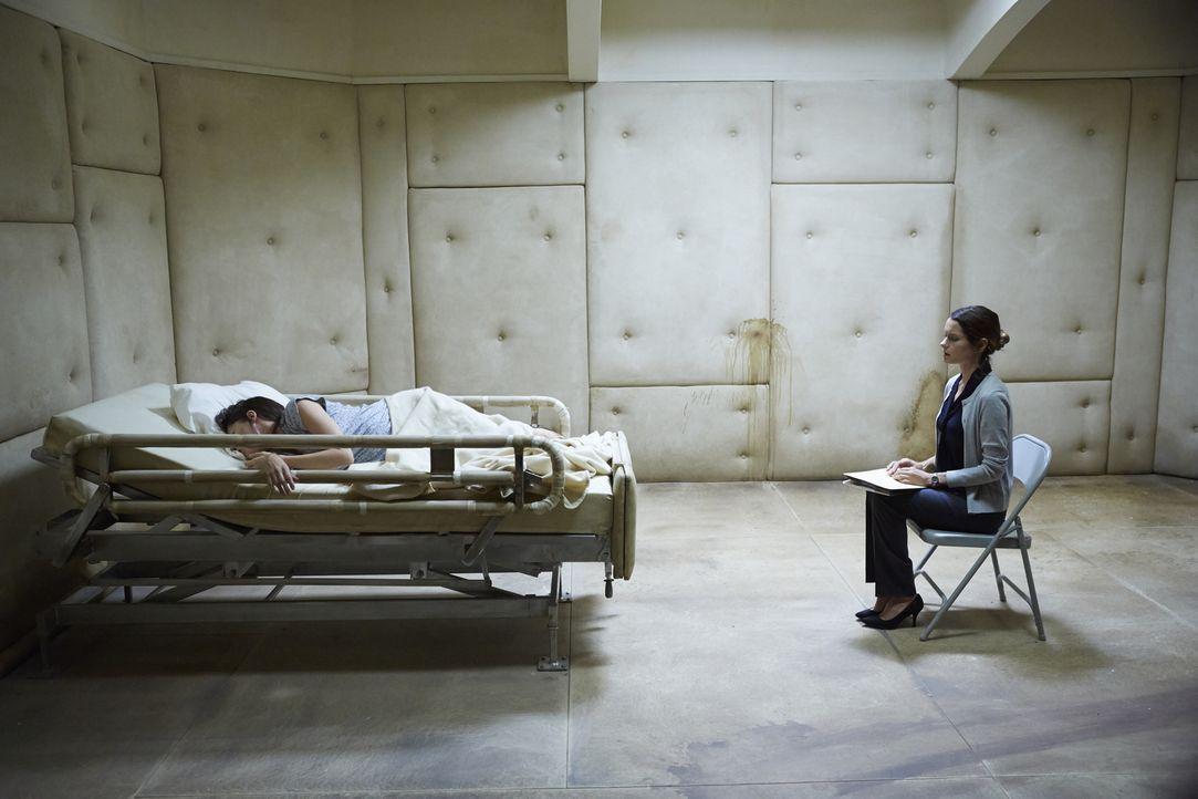 Dr. Laurie Hawthorne (Gina Holden, r.) ahnt nicht, dass sie sich in Gefahr bringt, als sie mit einer Therapie probiert, die junge Molly Hartley (Sar... - Bildquelle: 2015 Twentieth Century Fox Film Corporation. All rights reserved.
