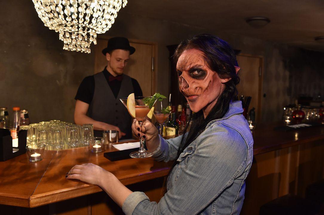 Zombie Vanessa hat eine genaue Vorstellung von ihrem Traummann und lässt sich von den Masken nicht irritieren ... - Bildquelle: Andre Kowalski Sixx