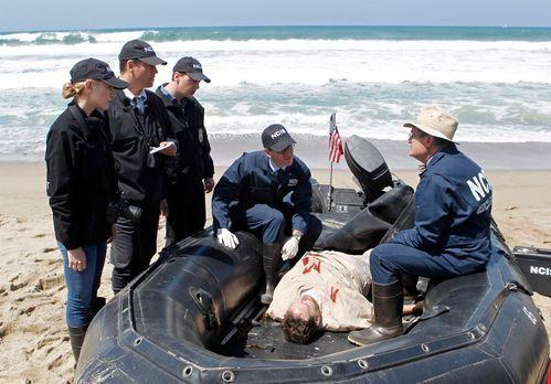 Navy CIS - Das Team muss herausfinden, ob es sich bei dem Feuer auf einem Sch...