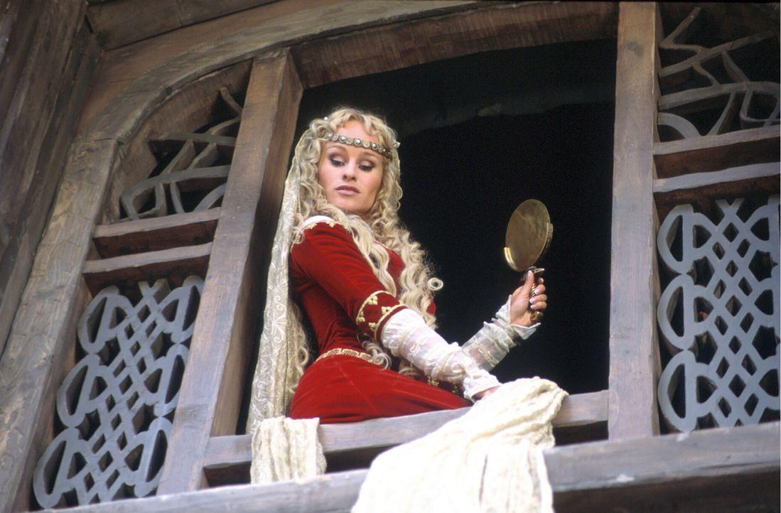 Die eitle Prinzessin Kriemhild (Dorkas Kiefer) hat Siegfried den Kopf verdreht – er würde alles für sie tun und das weiß sie auch … - Bildquelle: Constantin Film