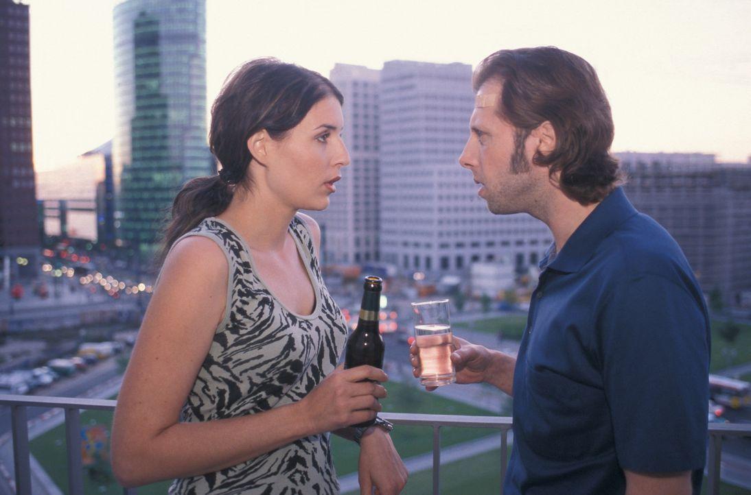Als Lydia (Elena Uhlig, r.) ihren Kindheitsgespielen Patrick (Oliver Korittke, l.) wiedertrifft, verfällt sie schon bald in das alte Rollenspiel. Do... - Bildquelle: ProSieben