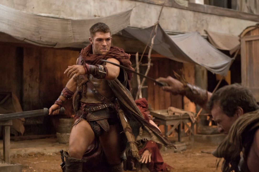 Gerät in einen Hinterhalt: Spartacus (Liam McIntyre) ... - Bildquelle: 2011 Starz Entertainment, LLC. All rights reserved.