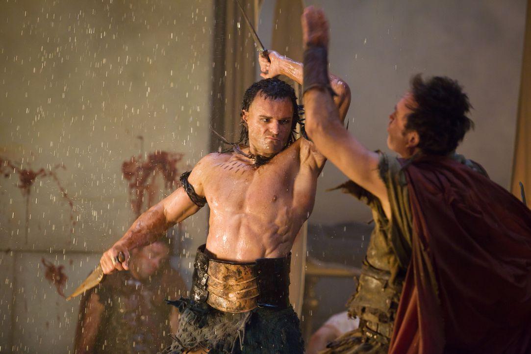 Praetor Glaber schickt seine Mördertruppe (Steven Dunlevy, l.) gegen Seppius und Marcus Crassus (Luke Pegler, r.), weil er endlich Seppius' Truppen... - Bildquelle: 2011 Starz Entertainment, LLC. All rights reserved.