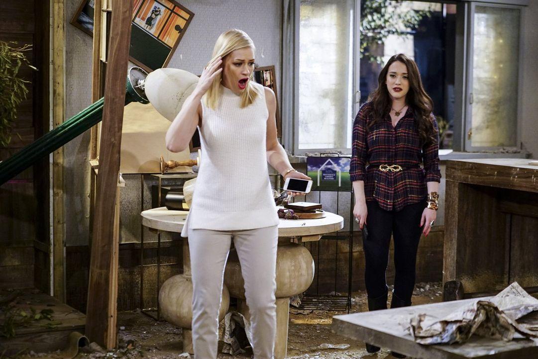 Ihre Dessert-Bar hat bei dem Hurrikan einiges einstecken müssen: Caroline (Beth Behrs, l.) und Max (Kat Dennings, r.) ... - Bildquelle: Warner Bros. Television