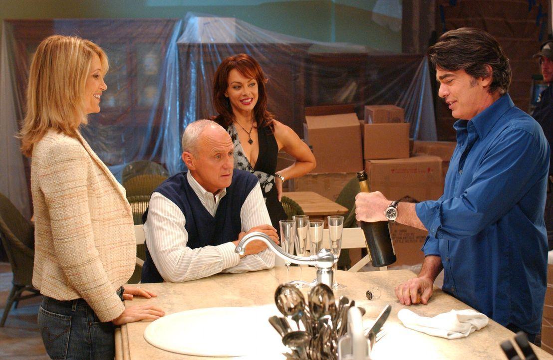 Caleb (Alan Dale, 2.v.l.) verkündet, dass er von dem Geschäftsführerposten zurücktreten will und von nun an Julie (Melinda Clarke, 2.v.r.) die F... - Bildquelle: Warner Bros. Television