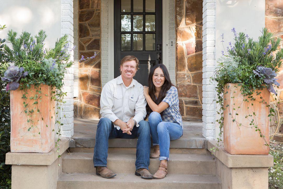 Joanna (r.) und Chip (l.) nehmen sich heute einen Haus-Flip vor. Sie kaufen ein Haus, renovieren es nach ihren Vorstellungen und verkaufen es dann w... - Bildquelle: Jennifer Boomer 2017, HGTV/Scripps Networks, LLC. All Rights Reserved.