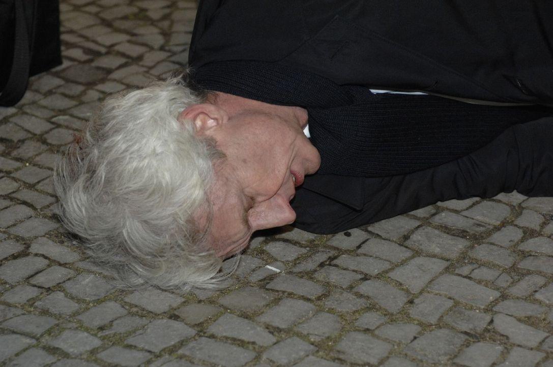 Robert (Mathieu Carrière) liegt erschlagen am Boden ... - Bildquelle: Oliver Ziebe Sat.1