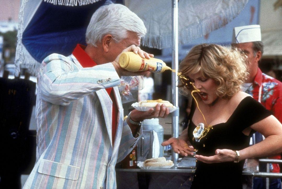 Polizeileutnant Frank Drebin (Leslie Nielsen, l.) schießt nicht nur mit Blei: Wer, wie Jane (Priscilla Presley, r.), mit dem tolpatschigen Frank ei... - Bildquelle: Paramount Pictures
