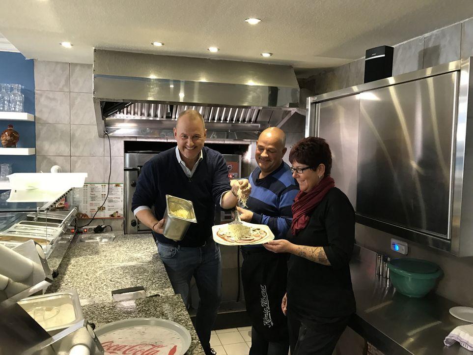 Uwe (M.) und Anja (r.) Zimmermann kennen sich in der Gastronomie überhaupt nicht aus. Kann Sternekoch Frank Rosin (l.) da noch helfen? - Bildquelle: kabel eins