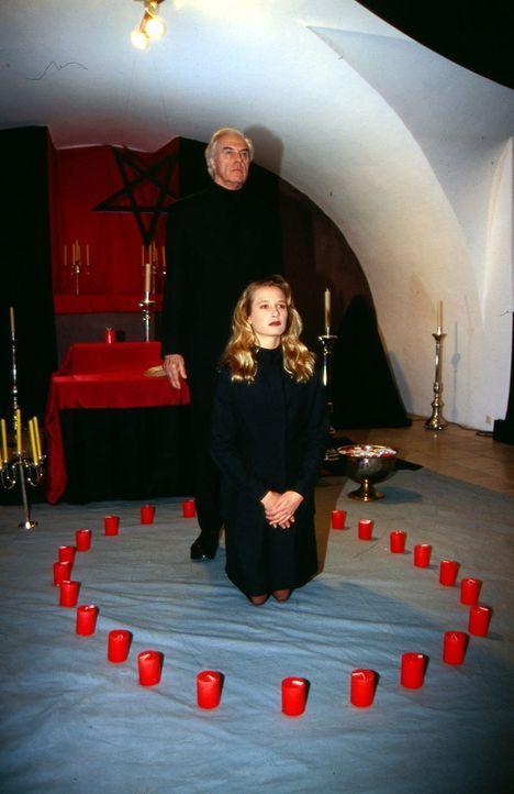 Sektenführer Norton (David Cameron, hinten) und Anne (Nadeshda Brennicke, vorne) vollziehen ein satanisches Ritual. - Bildquelle: Ali Schafler Sat.1