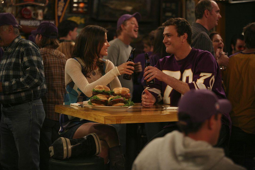 Robin (Cobie Smulders, l.) und Marshall (Jason Segel, r.) verbünden sich, nachdem Marshall ihr eine Bar im Minnesota-Stil gezeigt hat. Doch wird da... - Bildquelle: 20th Century Fox International Television