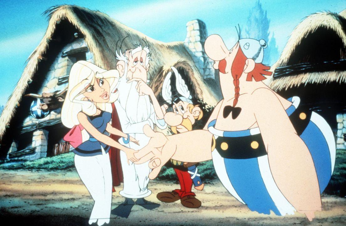 Obelix (r.) verknallt sich in ein Mädchen (l.), das neu ins gallische Dorf gekommen ist. Leider ist Obelix ebenso stark wie sensibel ... - Bildquelle: Jugendfilm-Verleih GmbH