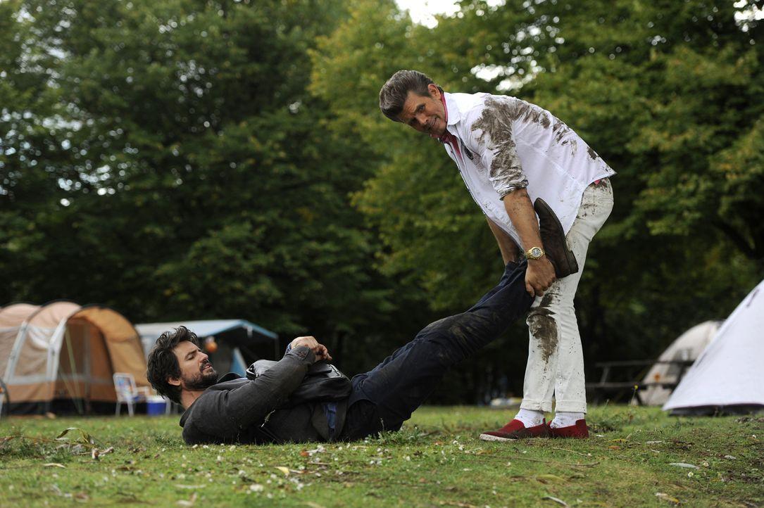 Für die Aufklärung eines Serienmords geht Einstein (Tom Beck, l.) verdeckt unter die Camper, doch als er den Luxuscamper Adrian Schmaltz (Steffen Gr... - Bildquelle: Bernd Spauke SAT.1/ Bernd Spauke