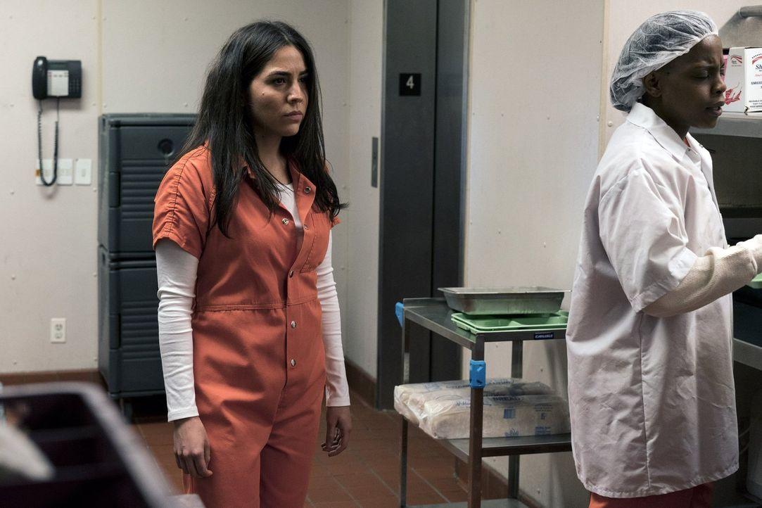 Zapatas (Audrey Esparza) wird von ihrer Vergangenheit eingeholt und landet daher im Gefängnis ... - Bildquelle: 2016 Warner Brothers