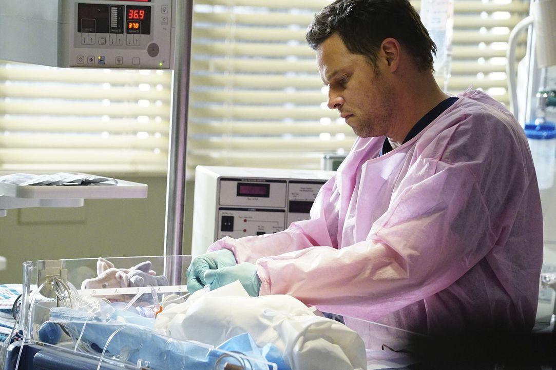 Nachdem Ben einen Notkaiserschnitt bei Gretchen McKay gemacht hat - muss sich Alex (Justin Chambers) um das Baby kümmern, um es zu retten ... - Bildquelle: Richard Cartwright ABC Studios