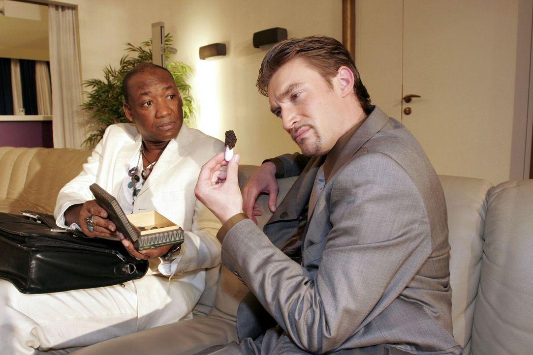 Bevor Lisa ihn treffen kann, fängt Richard (Karim Köster, r.) Nelson Krüger (John E. Yamoah, l.) ab und versucht ihn über die Mondmorchel auszufrage... - Bildquelle: Noreen Flynn Sat.1