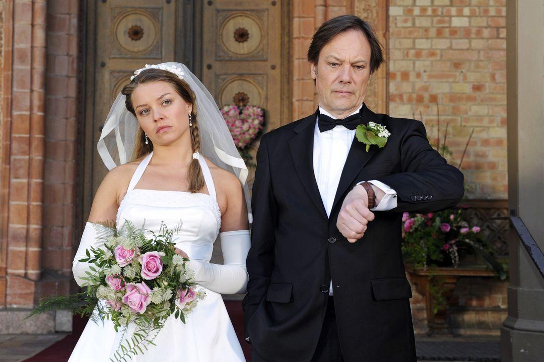 Katja wartet nervös auf Jonas' Ankunft. v.l.n.r. Katja (Karolina Lodyga), Armin (Rainer Will) - Bildquelle: Oliver Ziebe Sat.1