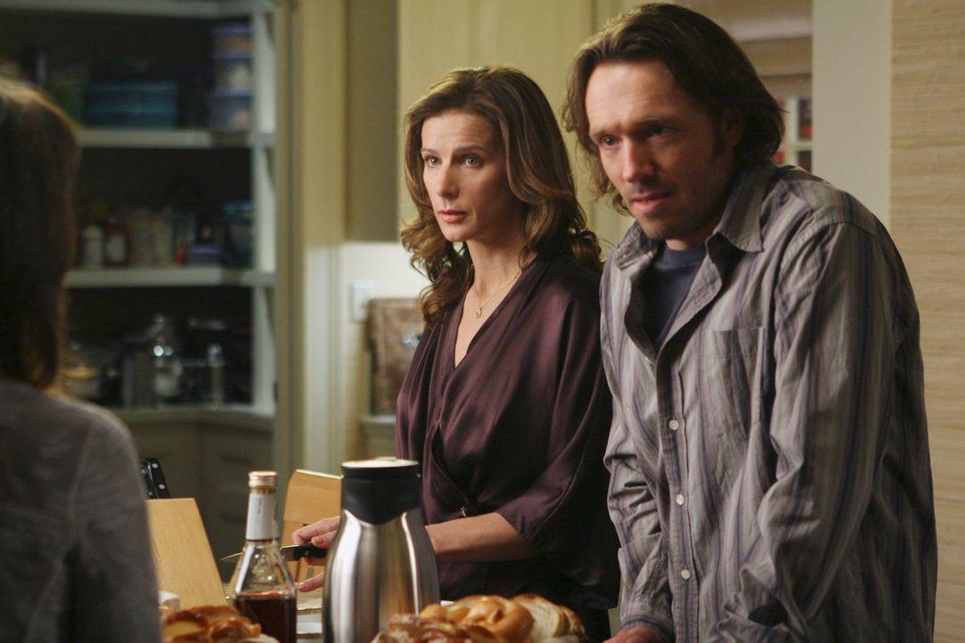 Sind in Erklärungsnot: Joe (John Pyper-Ferguson, r.) und Sarah (Rachel Griffiths, l.) ... - Bildquelle: Disney - ABC International Television