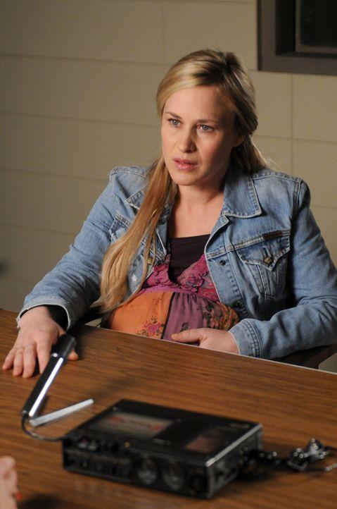 Allison (Patricia Arquette) findet sich plötzlich im Jahr 2004 wieder wo sie in Erklärungsnot gerät ... - Bildquelle: Paramount Network Television