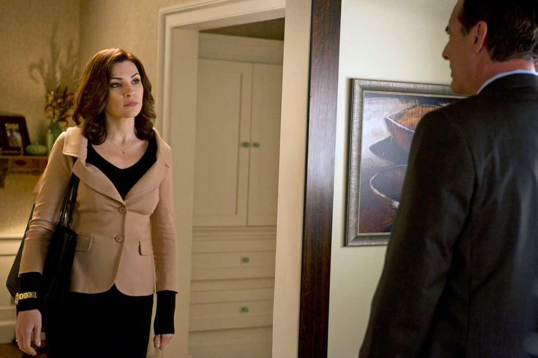 Alicia (Julianna Margulies, l.) ist geschockt, als sie erfährt, dass Peter (Chris Noth, r.) erneut in einen Skandal verwickelt ist ... - Bildquelle: Jeffrey Neira 2012 CBS Broadcasting, Inc. All Rights Reserved