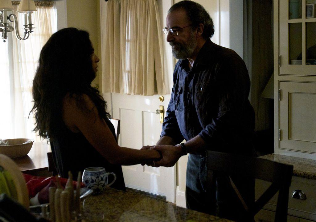 Saul (Mandy Patinkin, r.) sollte sich mehr Zeit für seine Frau Mira (Sarita Choudhury, l.) nehmen ... - Bildquelle: 20th Century Fox International Television