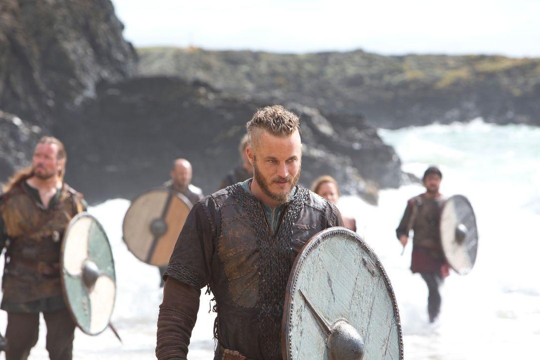 Lernt die Sprache der Engländer, um ihnen das Leben schwer machen zu können: Ragnar (Travis Fimmel) ... - Bildquelle: 2013 TM TELEVISION PRODUCTIONS LIMITED/T5 VIKINGS PRODUCTIONS INC. ALL RIGHTS RESERVED.