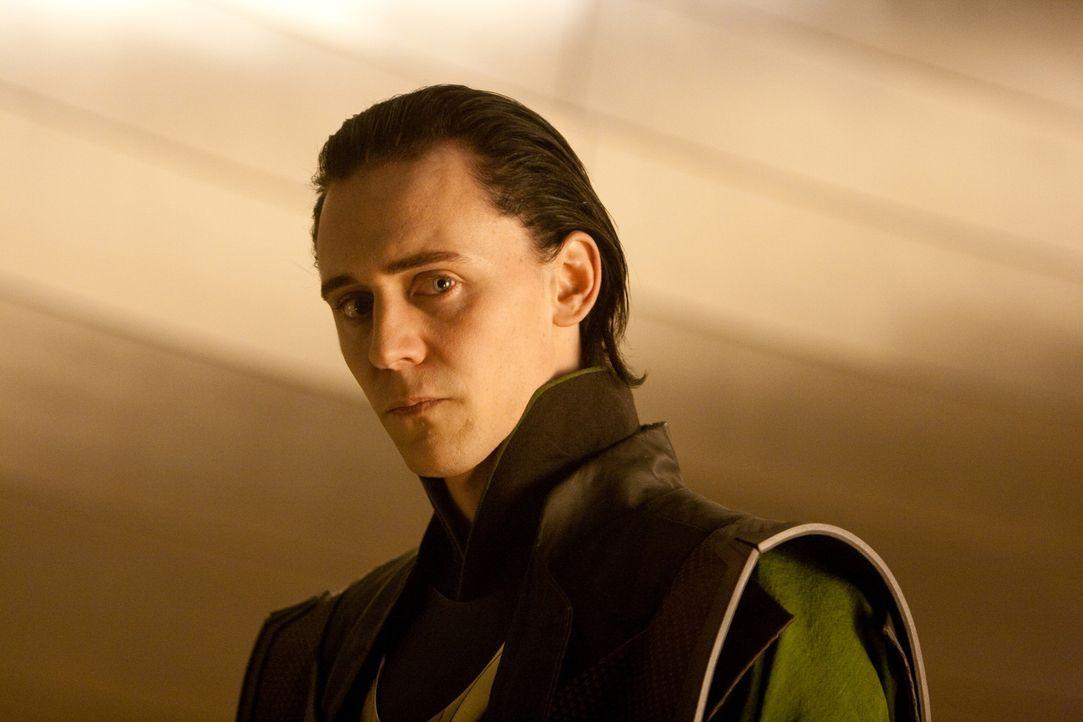 Mit Glück und Geschick schafft es Loki (Tom Hiddleston) auf den Thron von Asgard und ein dunkles Kapitel beginnt ... - Bildquelle: 2011 MVLFFLLC. TM &   2011 Marvel. All Rights Reserved.