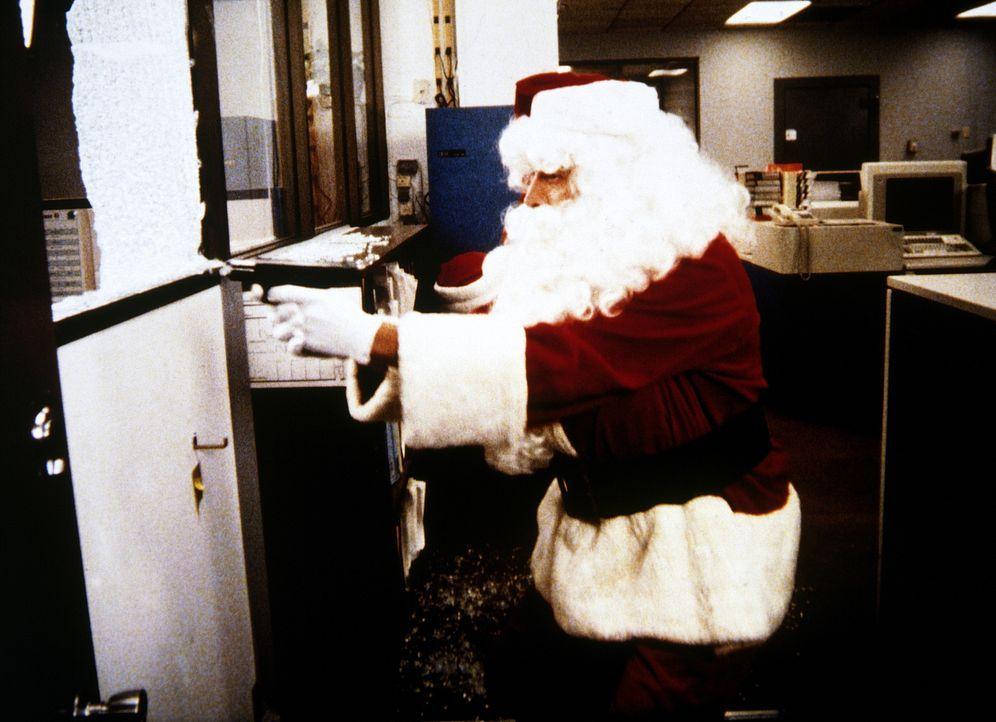 Mit einer Pistole hält Weihnachtsmann Lee (Bruce Boxleitner, M.) die Gangster in Schach ...