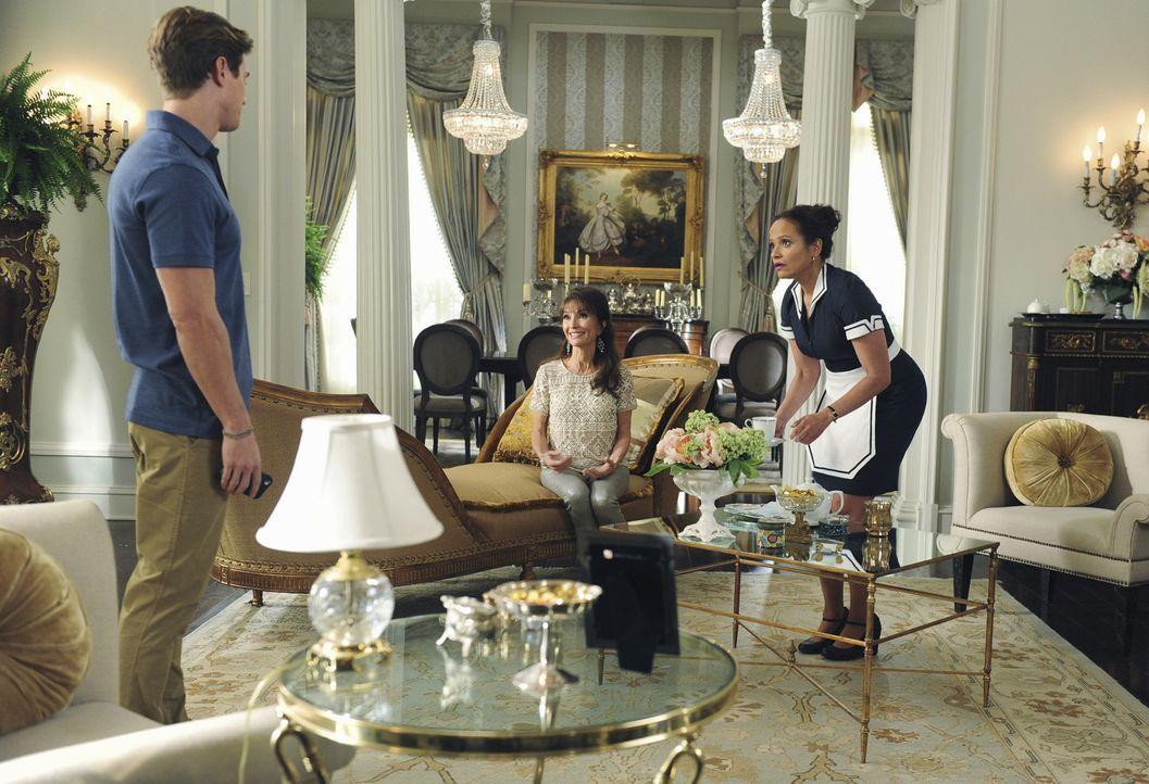 Noch ahnen Remi (Drew Van Acker, l.), Genevieve (Susan Lucci, M.) und Zoila (Judy Reyes, r.) nicht, wer plötzlich vor der Tür stehen wird ... - Bildquelle: 2014 ABC Studios